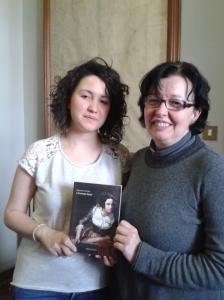 """L'assessore Zampollo e Rita Gurian, segretario della biblioteca, con una copia dei """"Promessi sposi"""""""
