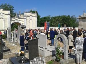 La cerimonia al cimitero davanti alle tombe di due Caduti