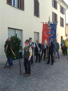 Il gonfalone comunale e la corona in memoria dei Caduti